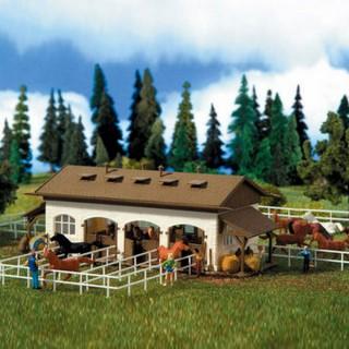 Ecurie ancienne avec 4 chevaux inclus -HO-1/87-VOLLMER 43790