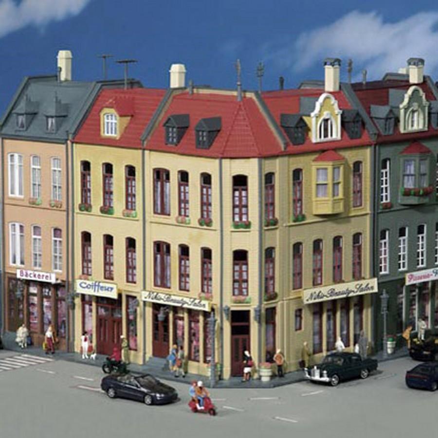 Maison de ville d 39 angle avec commerces ho 1 87 kibri 38391 for Maison avec angle casse