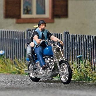 Couple en balade sur Moto Custom-HO 1/87-BUSCH 7860