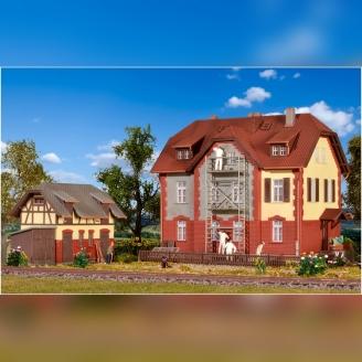 Maison de cheminots avec échafaudages et dépendance-HO-1/87-KIBRI 39315