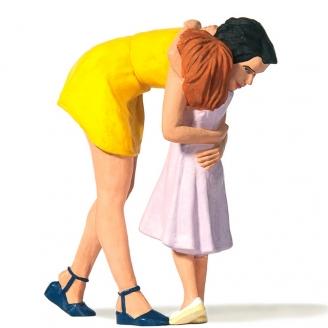 Maman embrassant sa fille - G 1/22.5-PREISER 44942