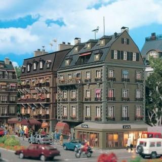 Maison de ville avec café en angle et éclairage -HO-1/87-VOLLMER 43783