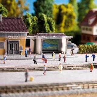 6 voyageurs sur le quai-Z 1/220-NOCH 44201